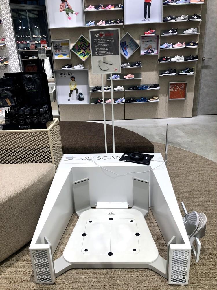 ニューバランス名古屋店の3Dスキャンで足のサイズを計測