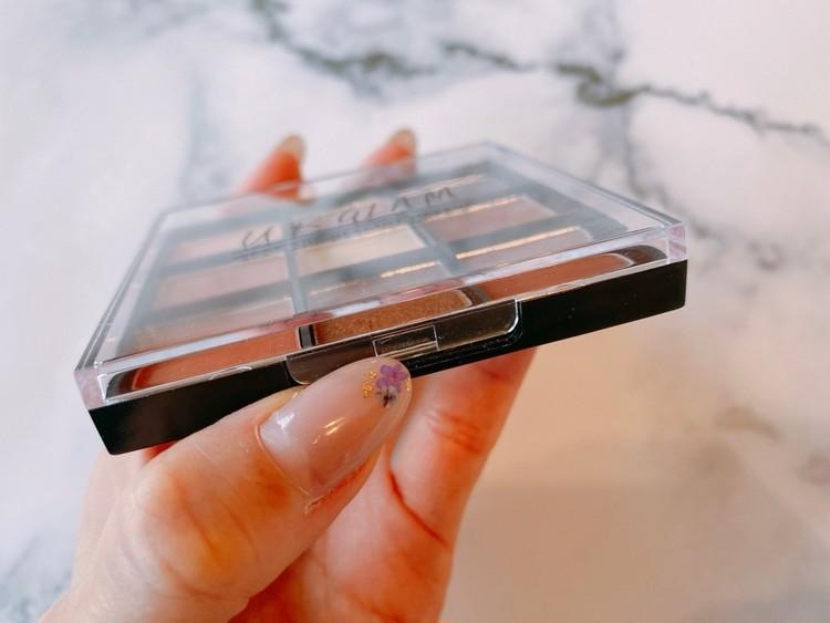 URグラムのアイシャドウ、ブルーミング アイカラーパレット01のパッケージに爪をかけて、開けてみた