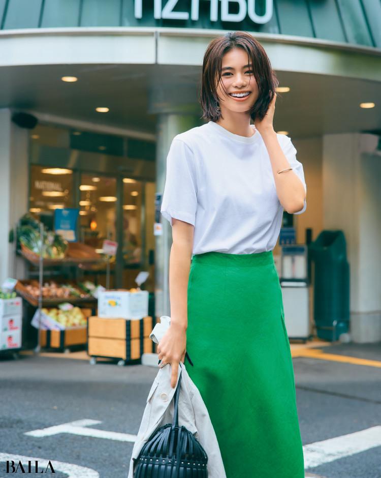 白×きれい色のワンツーコーデの佐藤晴美