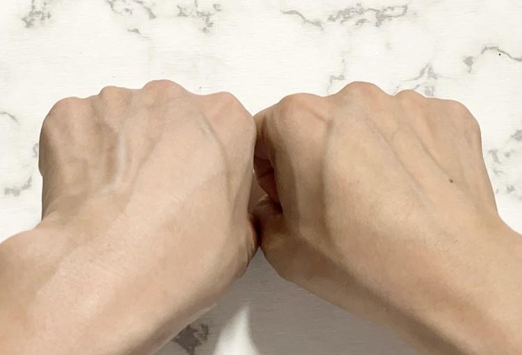 【ダイソーの紫外線対策1】日焼け止めを塗った左手と塗っていない右手を比較した写真