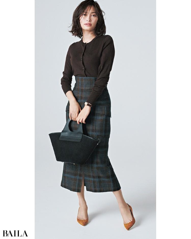 ブラウニーのカーディガンと同系色のチェック柄スカートのコーデ