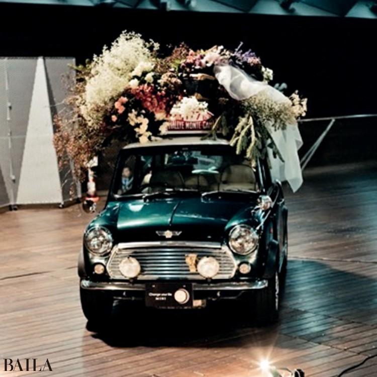 車のディーラーだった新郎持ち込みの車のルーフ部分に装飾。会場のアクセント、かつフォトスポットにも