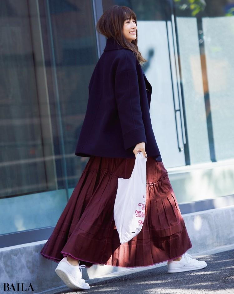表情豊かなマキシ丈スカートは、ピンクをきかせた一足で軽やかに