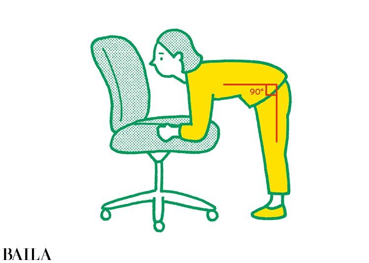 【脚裏伸ばしダイエット】2 背中を丸めないように注意しながら上半身を前に倒す