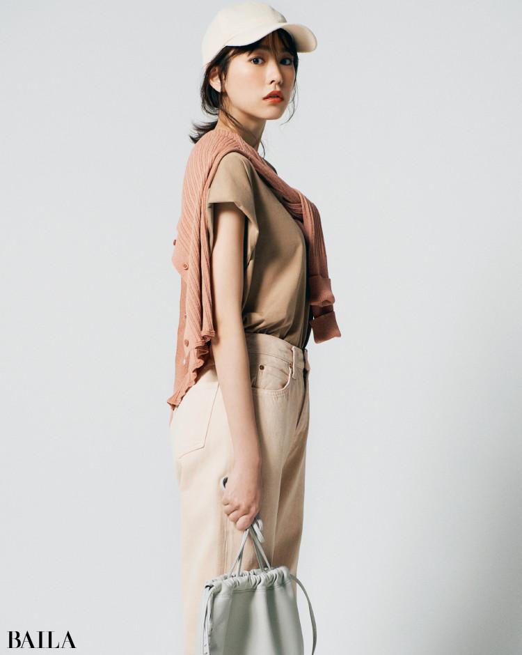 ベージュのTシャツコーデの桐谷美玲