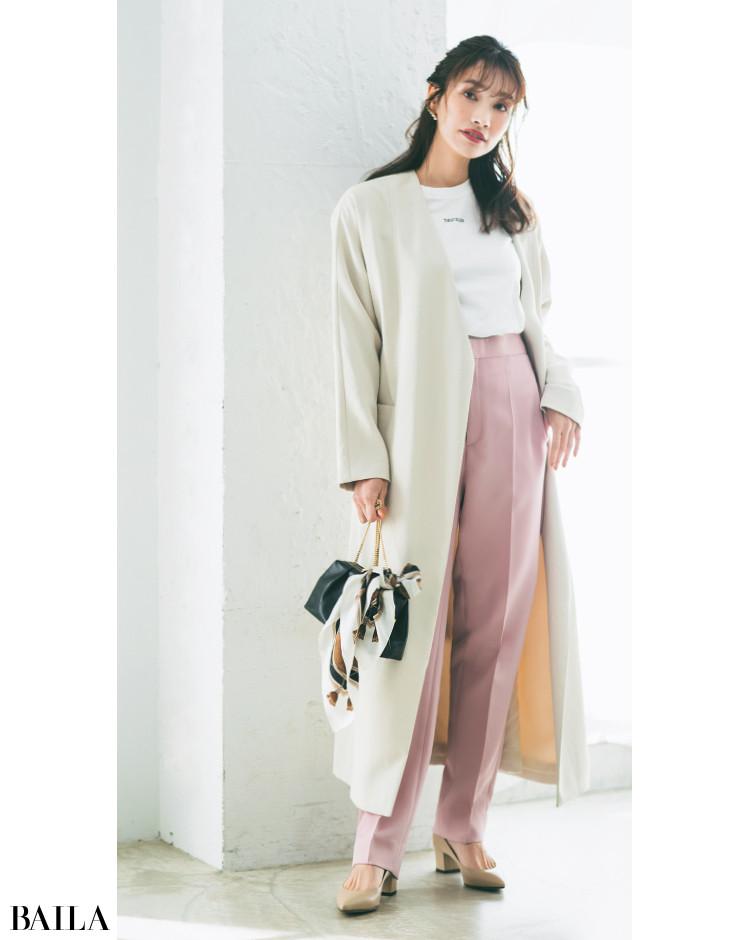 Tシャツとスプリングコートのきれい色テーパードパンツコーデ