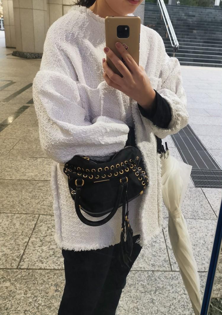 ツイードジャケット×スニーカーでフレンチ女優風コーデ_2