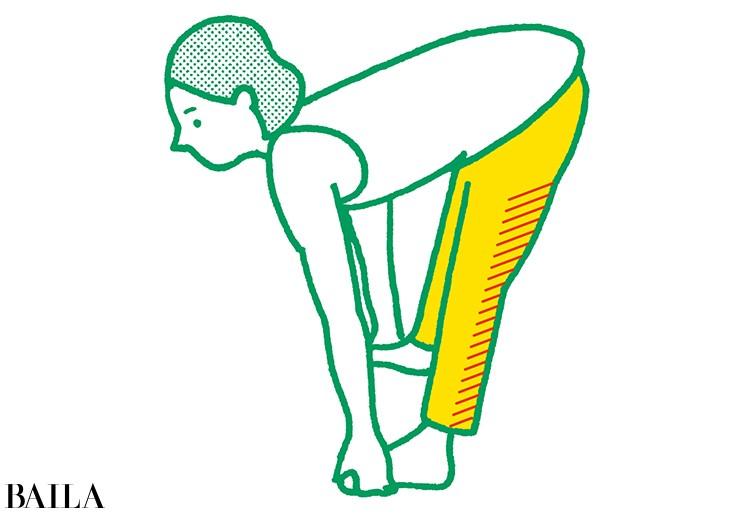 2 背中を丸めないようひざをゆっくり伸ばす