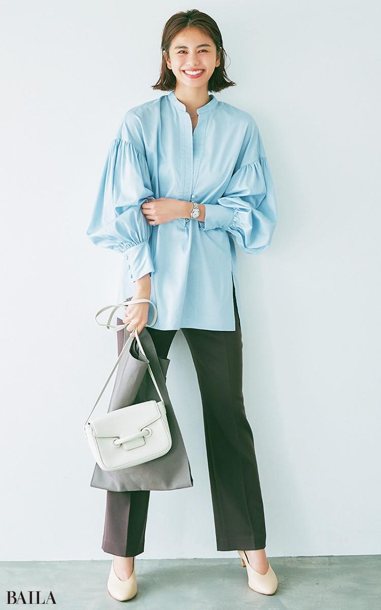 ゆるシャツ感覚で着る 端正な水色の盛りブラウス