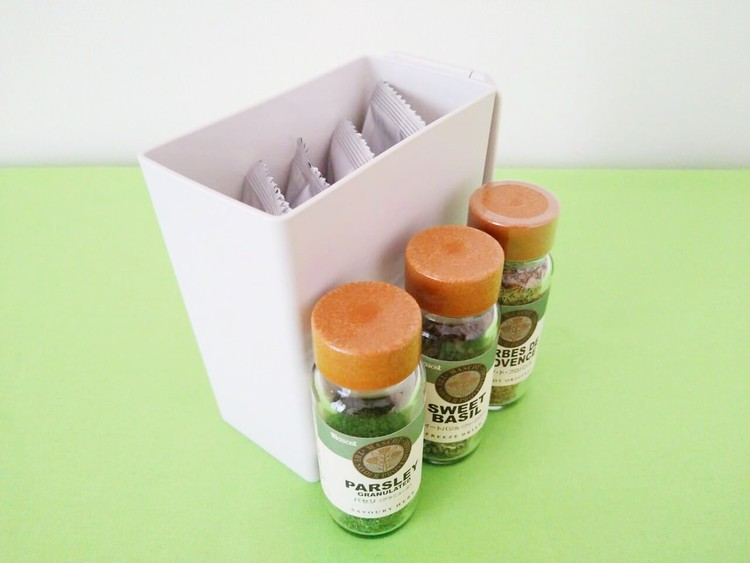 インスタントスープを入れたごみ箱とスパイス