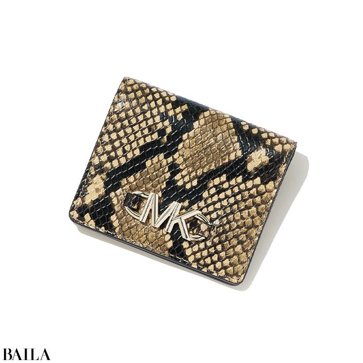 スパイシーなパイソンプリントの二つ折り財布は、コンパクトで使いやすい。
