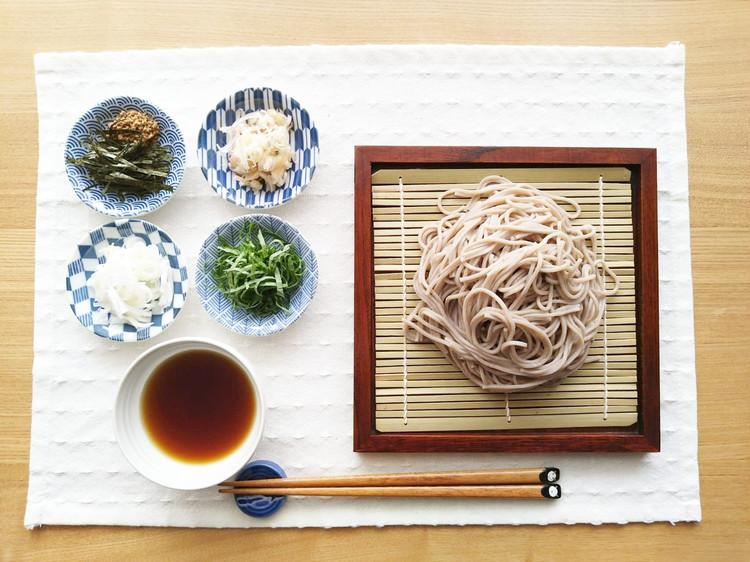 蕎麦と薬味を盛り付けた豆皿