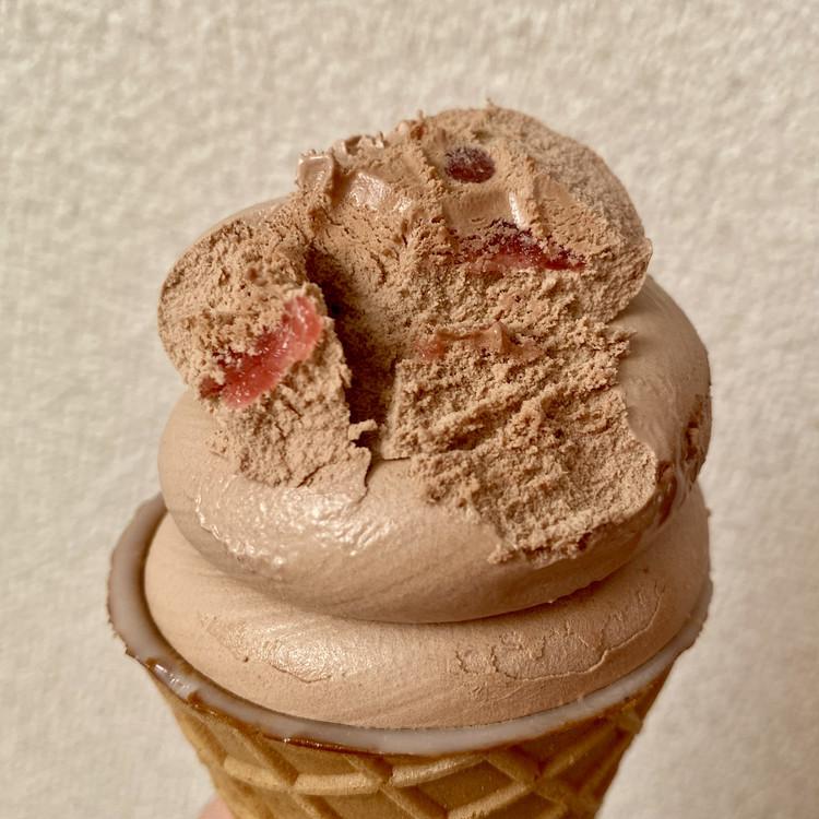 【セブン-イレブン × ミスターチーズケーキ(Mr.CHEESECAKE)】コラボアイスが超話題、カップ&ワッフルコーンの2種類が登場 「ワッフルコーン ミスターチーズケーキ カカオラズベリー」 (税込¥311)