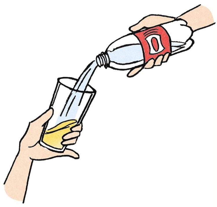 美味しいハイボールのつくり方 ④ウィルキンソン炭酸をウイスキーに当てながらグラスに注ぐ