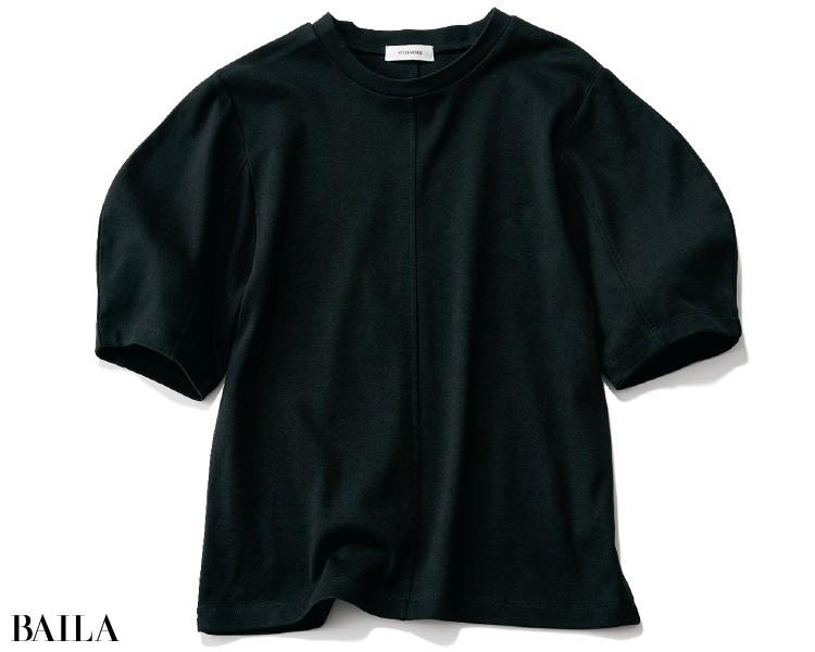 袖コンシャスブラウスの流行をく んだ、立体袖のTシャツが続々登場中。¥3300/バロックジャパンリミテッド(スタイルミキサー)