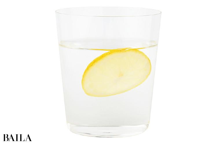 食事の20分ほど前にレモン水を飲む