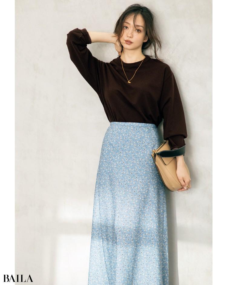 くすみブルーのスカートとブラウントップスのコーデ