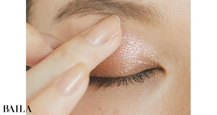 上まぶたの目頭~黒目あたりまで、偏光ピンクのラメ1を指で重ねて新鮮なアクセントを
