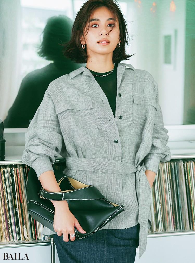 シャツジャケットの リネンの風合いと、中 に着たシアートップ スで表情の差を満喫