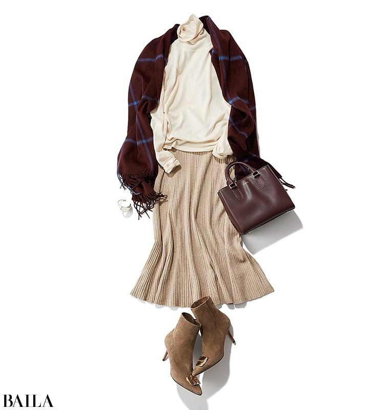 はき心地のいいニットスカートは長時間のデスクワークの強い味方。白ニットですっきりと。