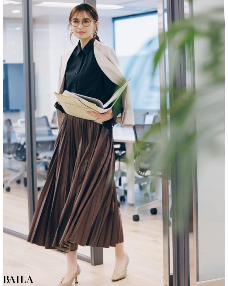 ブラック×ブラウンのまじめ配色コーデの宮田聡子