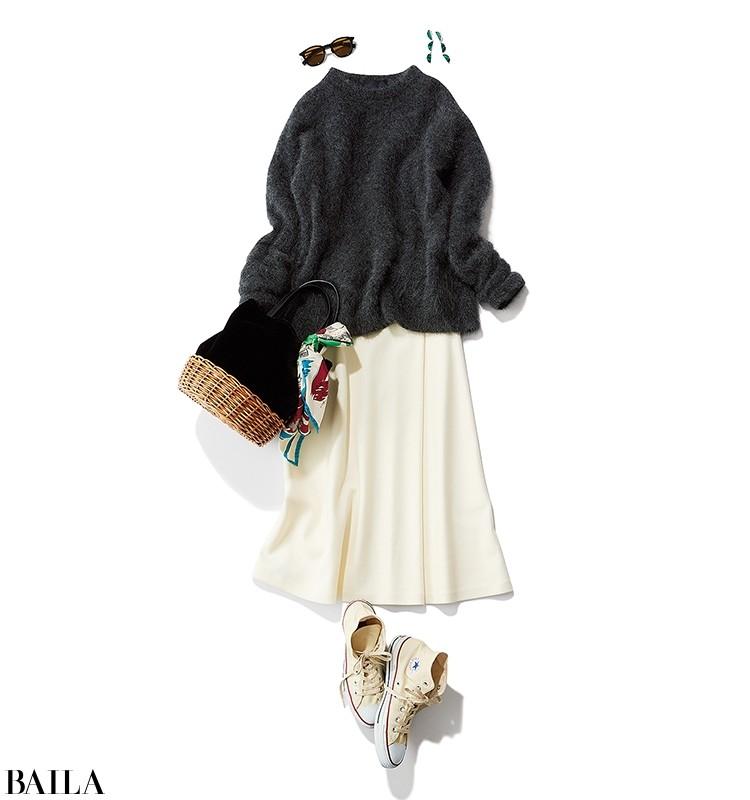 女の子らしさを象徴する、やわらかな質感と色。足もとはスニーカーで飾らないムードに。