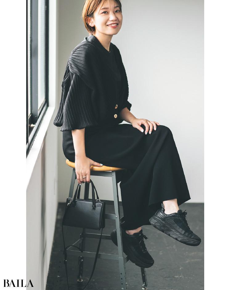 スニーカーも服もオールブラックコーデの石田さん