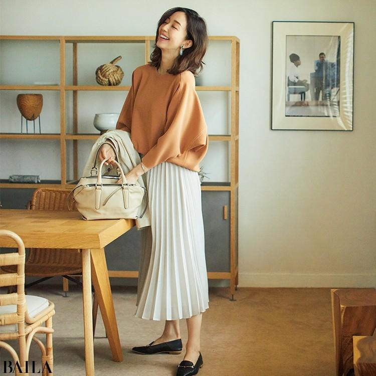 オフィスでもアフター5でも浮かないプリーツスカートでほどよい女らしさを