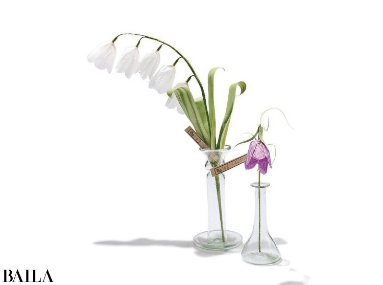 (右)花器¥3200・ペーパーフラワーパープルの花¥6800・(左)花器¥5400・ペーパーフラワースズラン¥9000/エイチ・ピー・デコ(LiviaCetti)