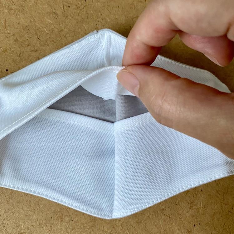 内側にスリットポケットがあしらわれていて、フィルターをセット可能