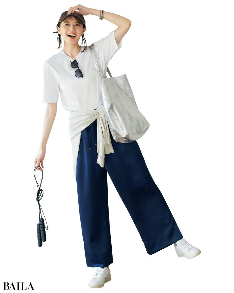 白Tシャツと光沢パンツのコーデ
