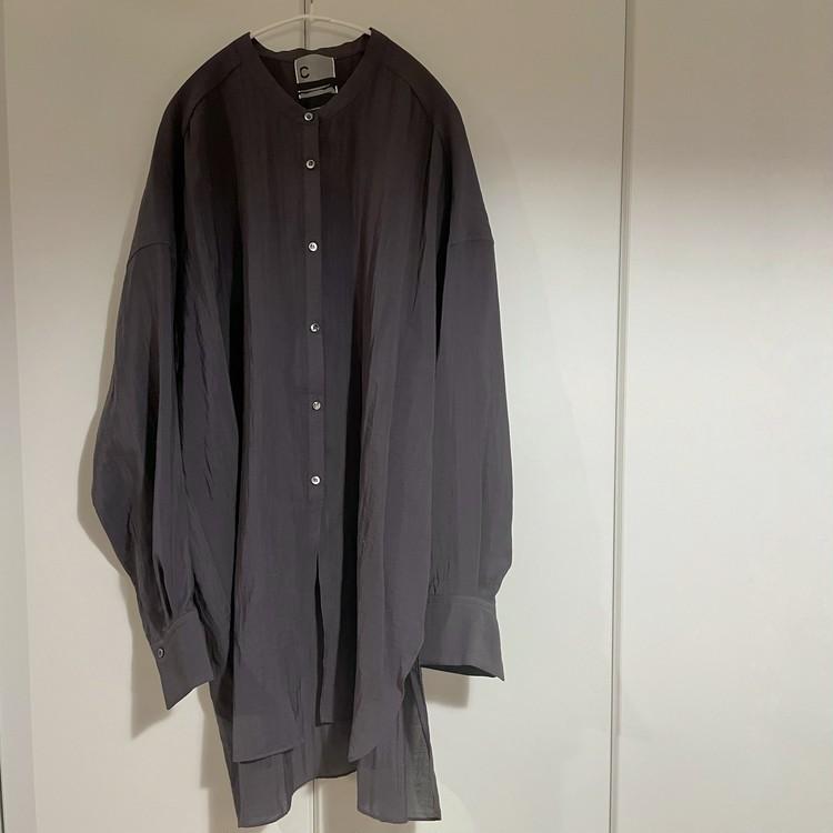 カオスのシャツの写真。「ロングライドシャツ」色はチャコールグレー。