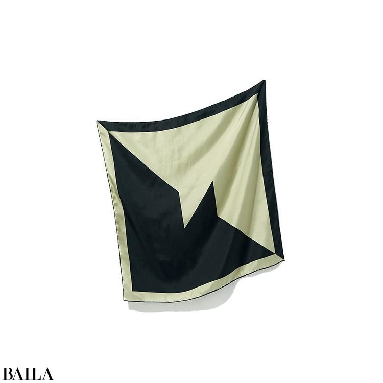 今季初めてお目見えしたスカーフは、イタリア製シルクを贅沢に使いオリジナルのジオメトリック柄をハンドプリントした逸品。「カーキと黒のバイカラーがシックで、巻き方によって様々な柄の出方を楽しめます。首もとに巻くのはもちろん、バッグにプラスしたりヘアアレンジにも使いたい」。スカーフ(70×70)¥31900/イレーヴ ☎03(5467)7875