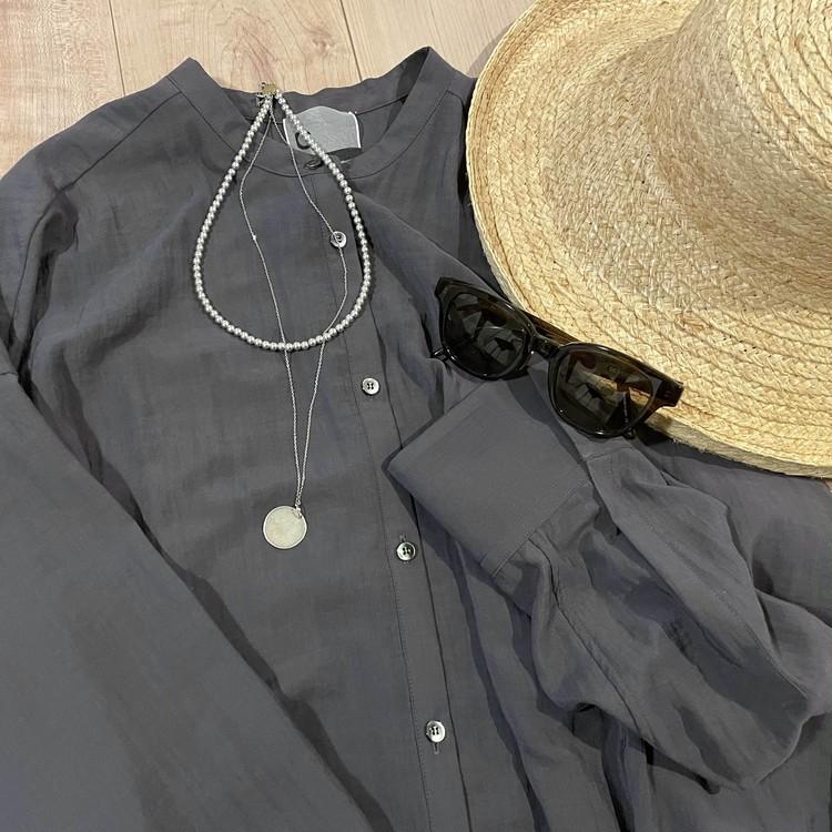 カオスのシャツの夏のコーディネート。アルポのナバホパールとコインネックレス、シルバーのジュエリーを合わせる。