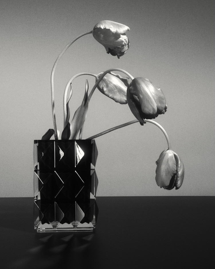 サンローラン初のライフスタイルアイテム「バカラ」の花瓶