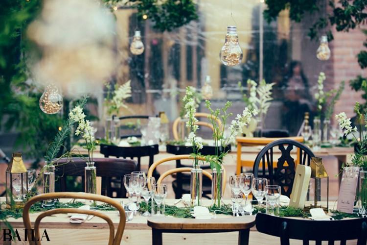 「きらきらひかる」というテーマのもと、御殿場プレミアム・アウトレットにて結婚式を。生命力あふれる緑と透明のテントを使用し海外風に