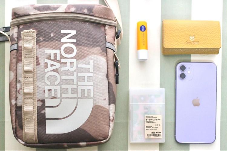バッグや持ち物とカードケースの写真