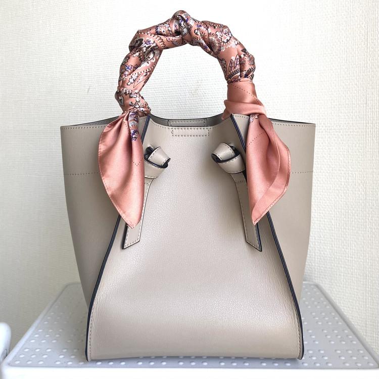 【ユニクロ小物アレンジ】スカーフをバッグに結ぶ方法3選_4