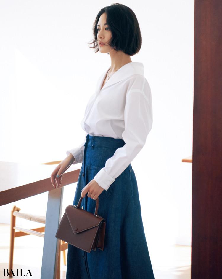 セーラー風カラーの白いシャツコーデの藤井夏恋