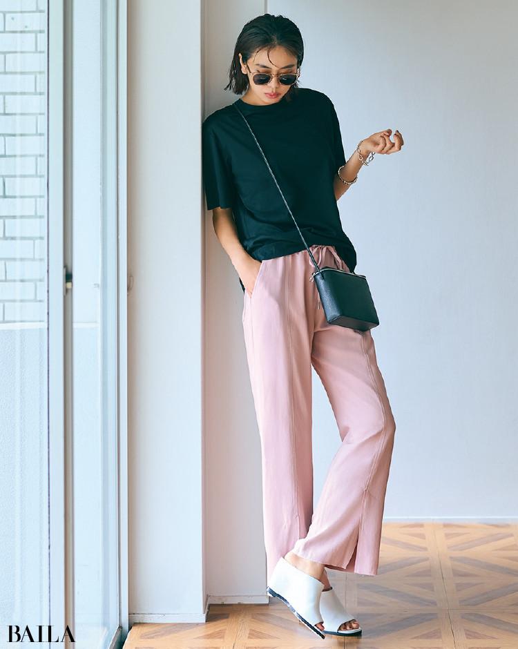 ベビーピンクのパンツと黒Tシャツコーデの佐藤晴美