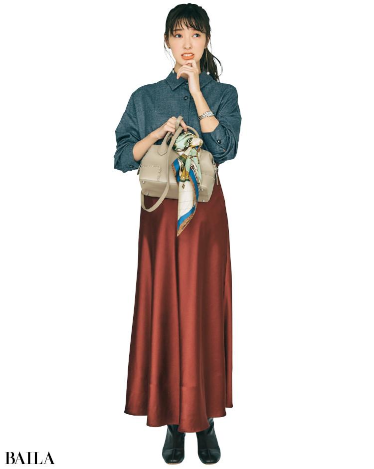 ツヤ感フレアスカートとフランネルシャツのコーデ