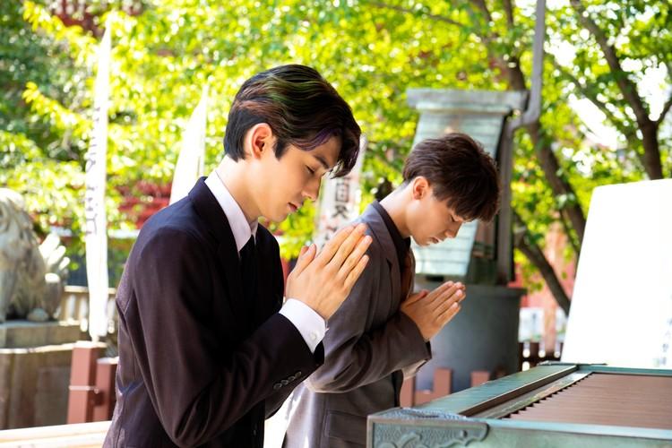 浅草神社で歌舞伎俳優の市川染五郎と市川團子のツーショット写真