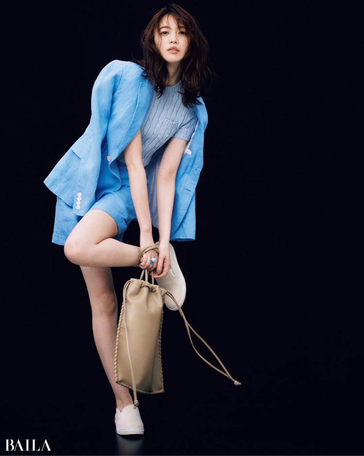 ペールブルーのニットにリネンシャンブレージャケットを羽織ったコーデの宮田聡子