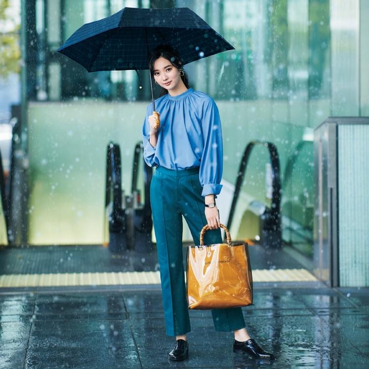 火曜日は、お気に入り傘と機能性アイテムで憂うつ気分とは無縁!【30代今日のコーデ】