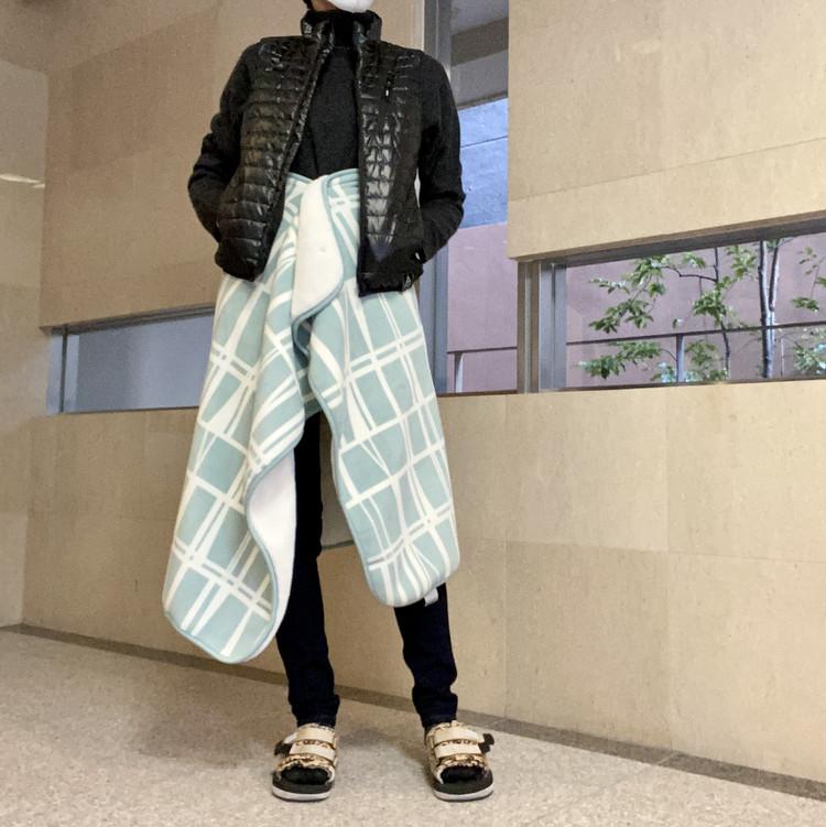 """【ワークマン(WORKMAN)】""""着るコタツ""""・電熱ヒーター内蔵あったかベスト「Wind Core ヒーターベスト」 女性着用在宅コーデ"""