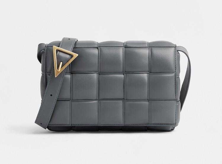 「ボッテガ・ヴェネタ(BOTTEGA VENET)」のアイコンバッグ「パデッド カセット」の新色グレー