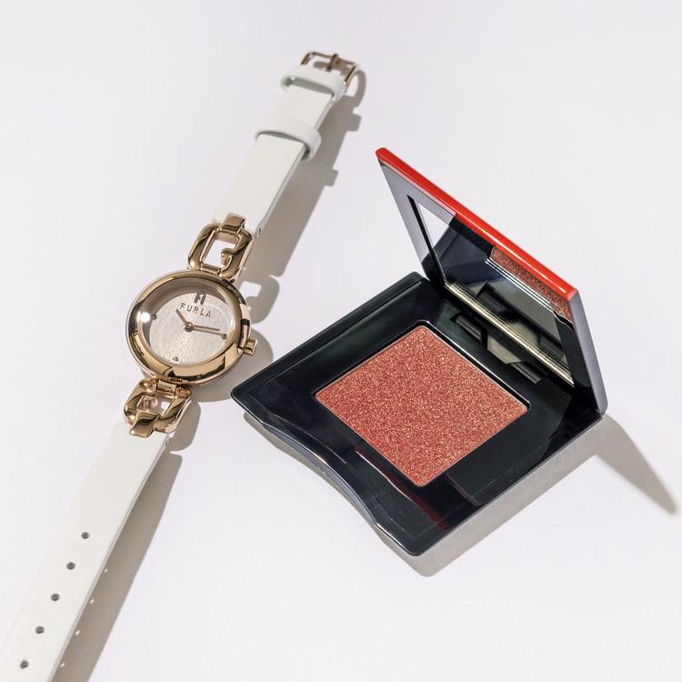 フルラの腕時計と資生堂のポップパウダージェルアイシャドウ