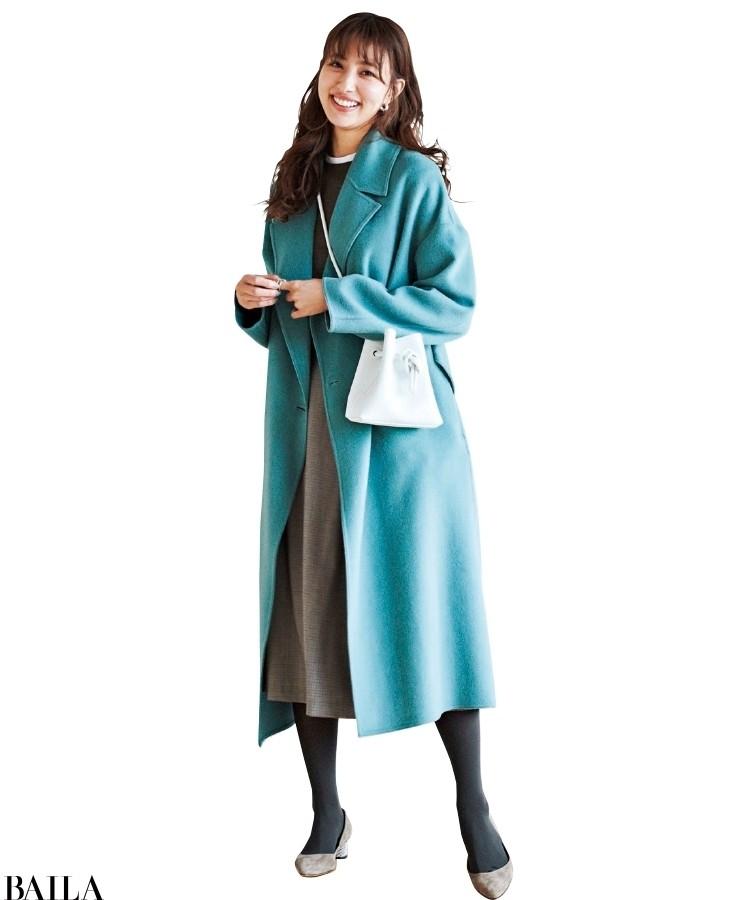 鮮やかなブルーのコートにニュアンスグレーのパンプスが好相性