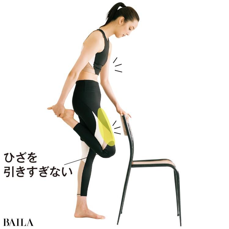 背中をかるく丸め、腹筋に力を入れる