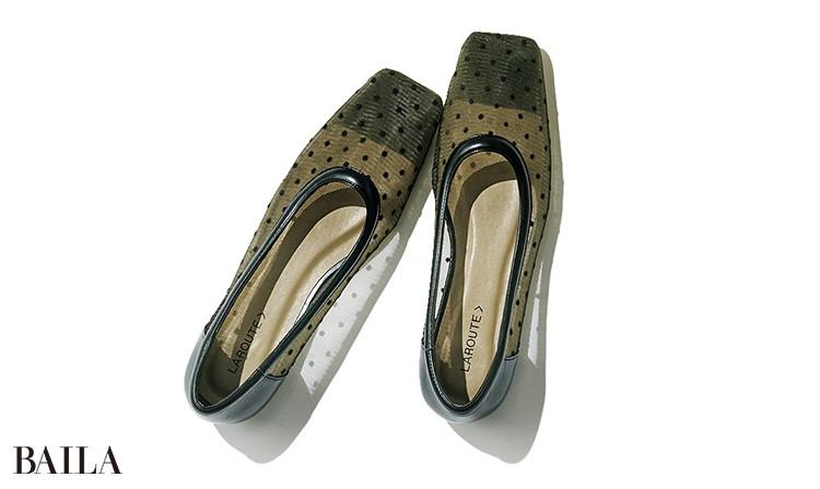 旬を満喫できるドット柄のメッシュ素材。エコレザーのトリミングがいい締め役に。靴¥9680/アバハウスインターナショナル オンラインストア(ラルート)